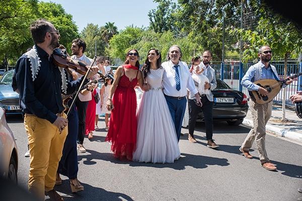 Πρωτότυπη ιδέα συνοδεία της νύφης στην εκκλησία με ζωντανή μουσική