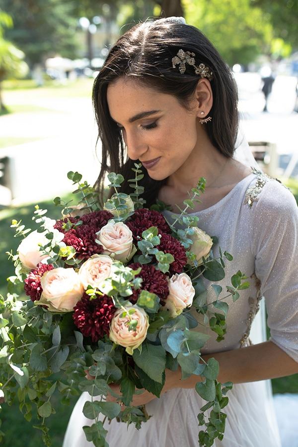 Νυφική ανθοδέσμη με τριαντάφυλλα και ντάλιες σε λευκές και κόκκινες αποχρώσεις