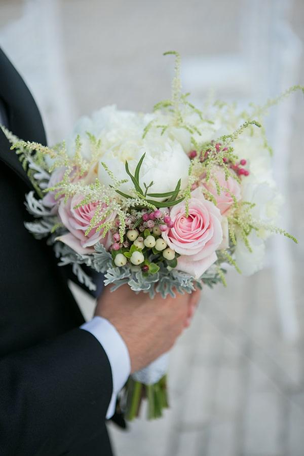 Ρομαντική νυφική ανθοδέσμη με τριαντάφυλλα σε λευκές και ροζ αποχρώσεις