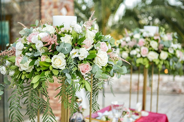 Elegant στολισμός λαμπάδων εκκλησίας με τριαντάφυλλα σε λευκές και ροζ αποχρώσεις