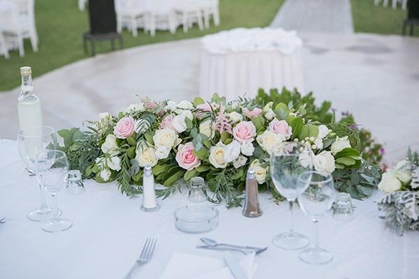 Ρομαντικός στολισμός γαμήλιου τραπεζιού με τριαντάφυλλα σε λευκές και ροζ αποχρώσεις