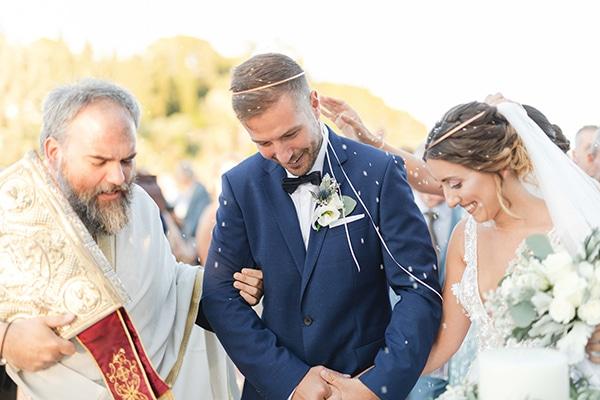 Ρομαντικός καλοκαιρινός γάμος στην Κέρκυρα με λευκά τριαντάφυλλα και γαλάζιες πινελιές │Ανθούλα & Θανάσης