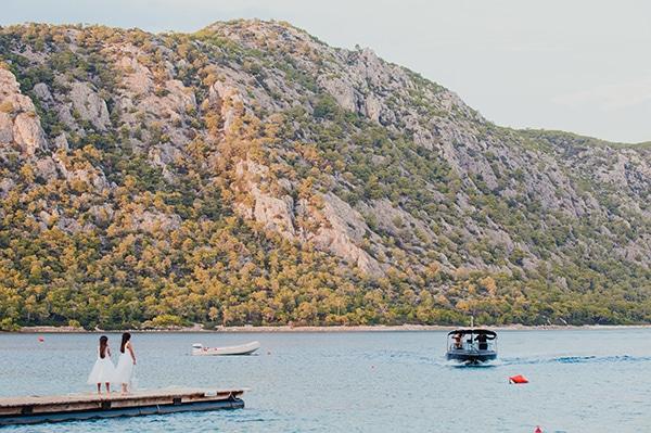 romantic-summer-wedding-lake-iraiou-lycianthus-baby-breath_13