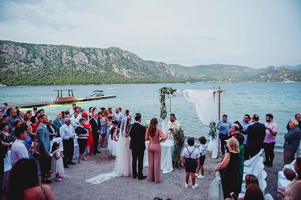 romantic-summer-wedding-lake-iraiou-lycianthus-baby-breath_24