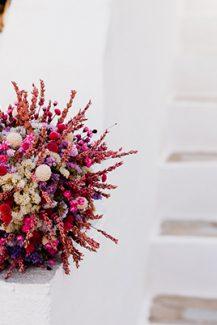 Νυφική ανθοδέσμη με κρασπέδιες και άλλα αποξηραμένα λουλούδια σε μωβ και φούξια αποχρώσεις