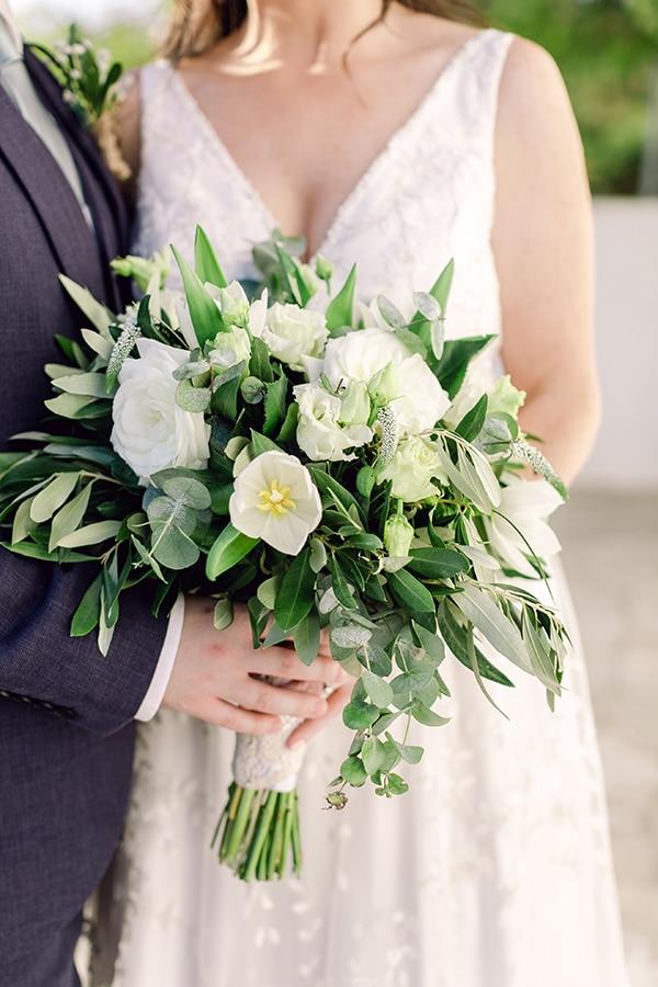 Πανέμορφη ρομαντική νυφική ανθοδέσμη με λευκά τριαντάφυλλα, φύλλα ελιάς και ευκάλυπτου