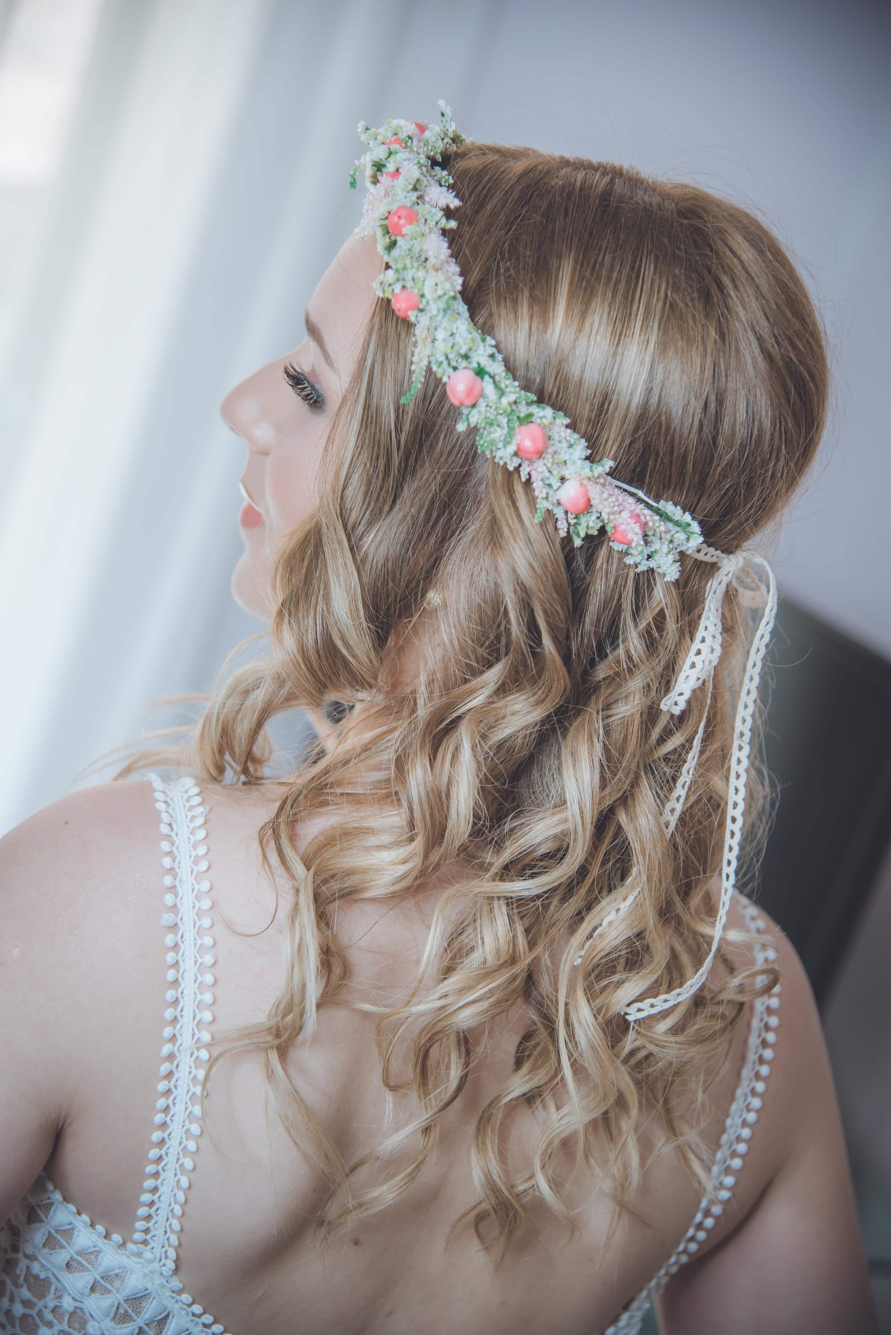 Ρομαντικό – λουλουδένιο αξεσουάρ στα μαλλιά για την νυφική σας εμφάνιση