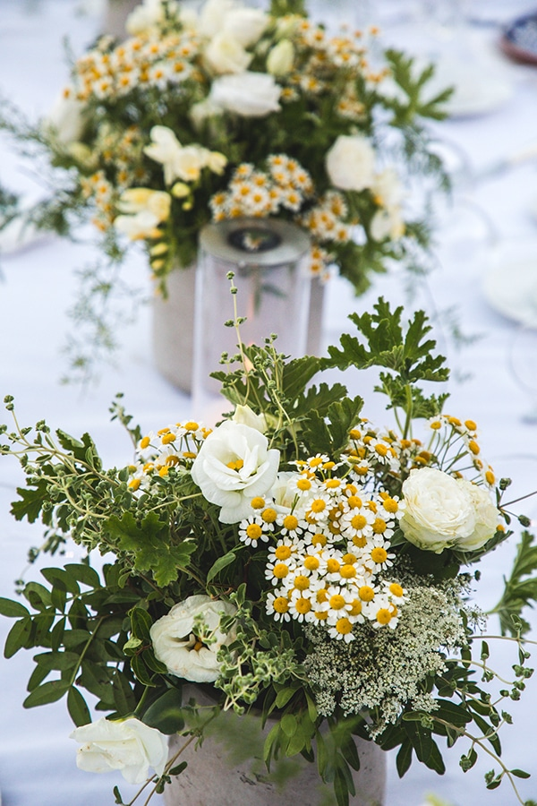 Μεσογειακός στολισμός γαμήλιου τραπεζιού με λευκό λυσίανθο, μαργαρίτες και γυψοφίλη