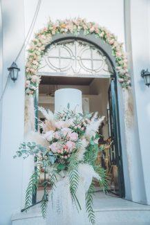 Bohemian – ρομαντικός στολισμός λαμπάδας εκκλησίας με coral τριαντάφυλλα και pampas grass