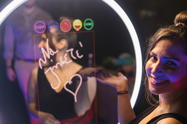 Επέλεξε μια διασκεδαστική εμπειρία φωτογράφισης που θα απογειώσει το γαμήλιο πάρτι σου │ Mirror Loves You
