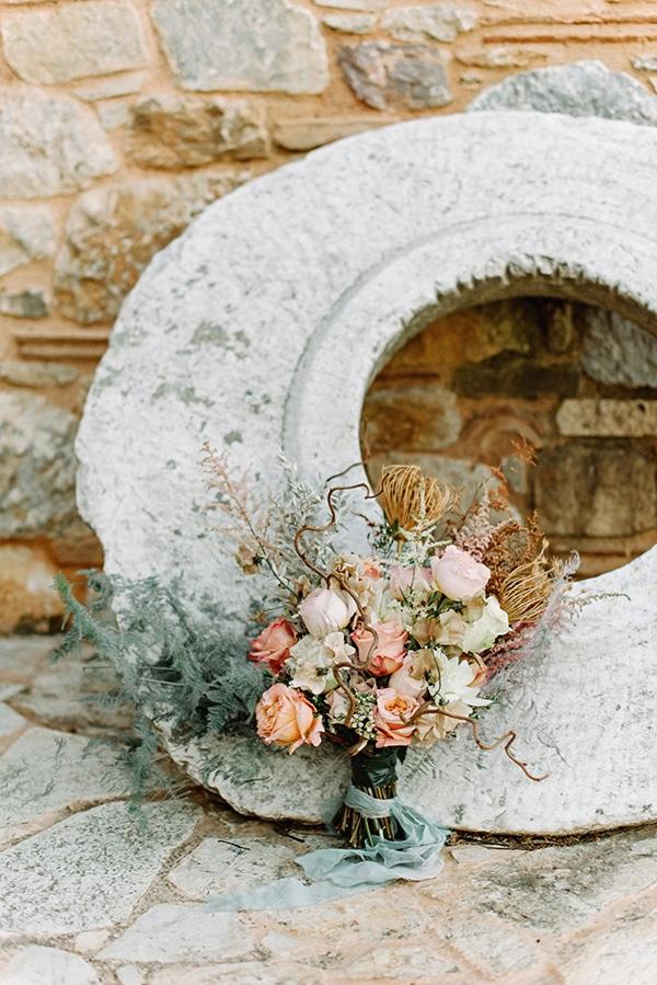 Ασύμμετρη νυφική ανθοδέσμη με τριαντάφυλλα και αποξηραμένη άνθη