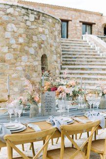Ρομαντικό – ρουστίκ γαμήλιο τραπέζι με απαλούς χρωματισμούς του κοραλί και γκρι