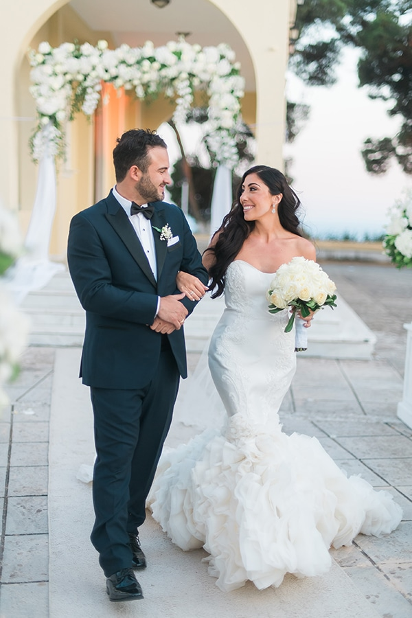 dreamy-wedding-kefalonia-lush-flowers-arrangements-romantic-elements_28