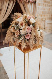 Bohemian στολισμός εισόδου εκκλησίας με ανθοστήλες από pampas grass και τριαντάφυλλα σε ροζ – μπεζ χρώματα