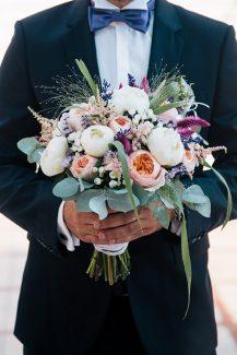 Ρομαντική νυφική ανθοδέσμη με παιώνιες σε λευκούς και κοραλλί χρωματισμούς