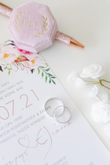 Υπέροχα προσκλητήρια γάμου από Biniatian Invitations με floral λεπτομέρειες