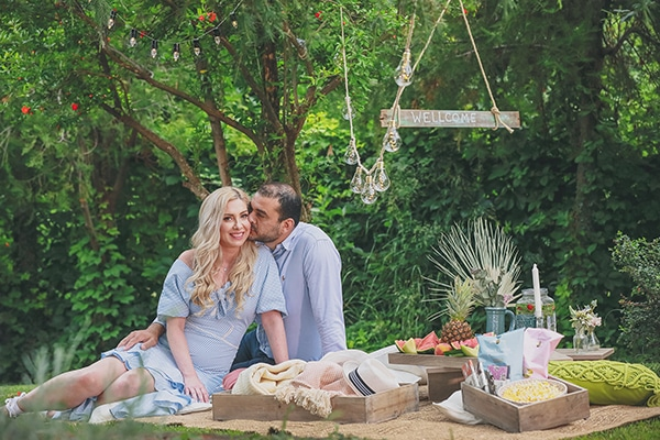 Prewedding φωτογράφιση σε καταπράσινο πάρκο με cozy λεπτομέρειες και την πιο καλοκαιρινή διάθεση │ Ελεάνα & Γιάννης
