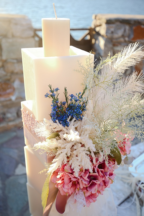 Bohemian στολισμός λαμπάδας εκκλησίας με ορτανσία σε ροζ χρώμα και άλλα ιδιαίτερα μπλε – μπεζ λουλούδια