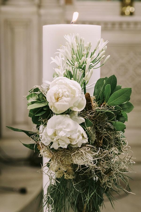 Στολισμός λαμπάδας εκκλησίας με λευκές παιώνιες και άλλα ιδιαίτερα άνθη
