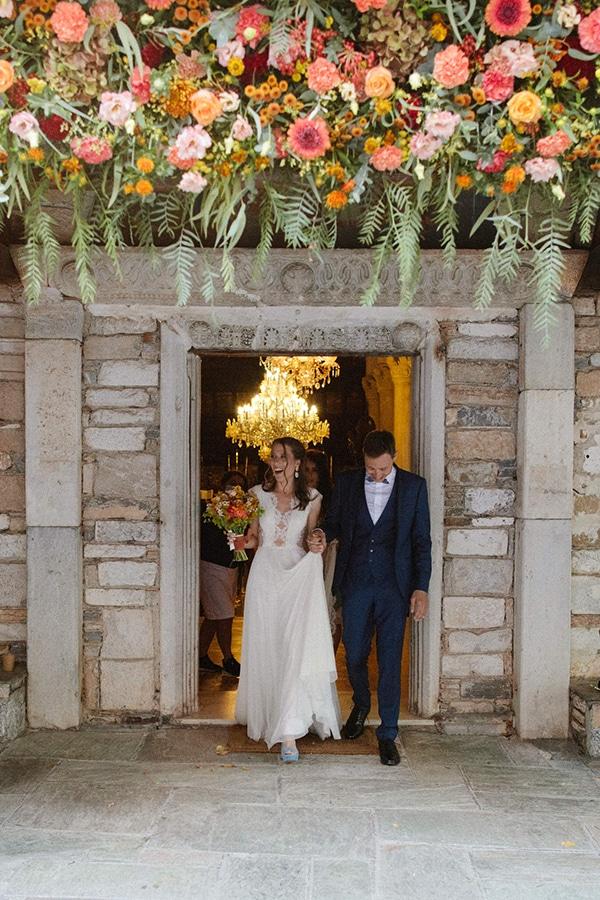 Εντυπωσιακός στολισμός εισόδου εκκλησίας με πλούσια κρεμαστά άνθη