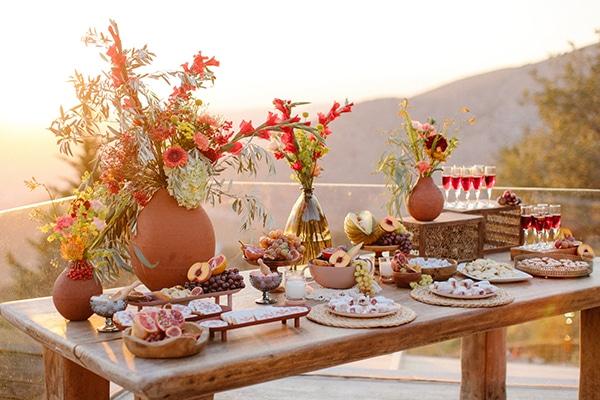 Ρουστίκ dessert table με διακόσμηση από κόκκινους γλαδίολους σε πήλινα βάζα
