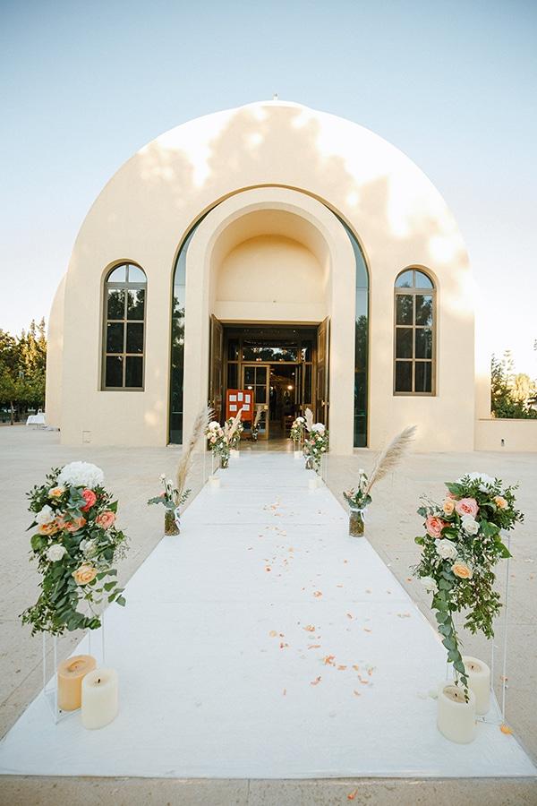 Στολισμός εισόδου εκκησίας με διάδρομο από elegant stands και λουλούδια