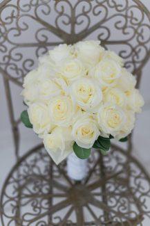 Ολόλευκη νυφική ανθοδέσμη από τριαντάφυλλα