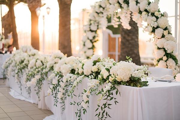 Εντυπωσιακός στολισμός για το γαμήλιο τραπέζι με ορτανσίες και τριαντάφυλλα
