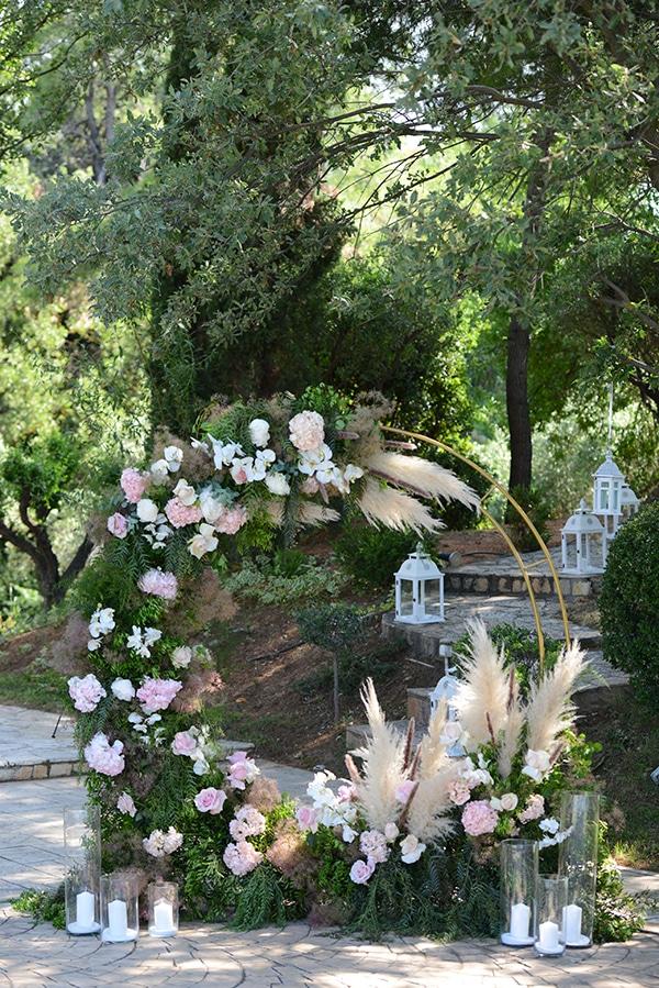 Ρομαντική αψίδα σε σχήμα κύκλου με τριαντάφυλλα και ορτανσίες και μποέμ πινελιές