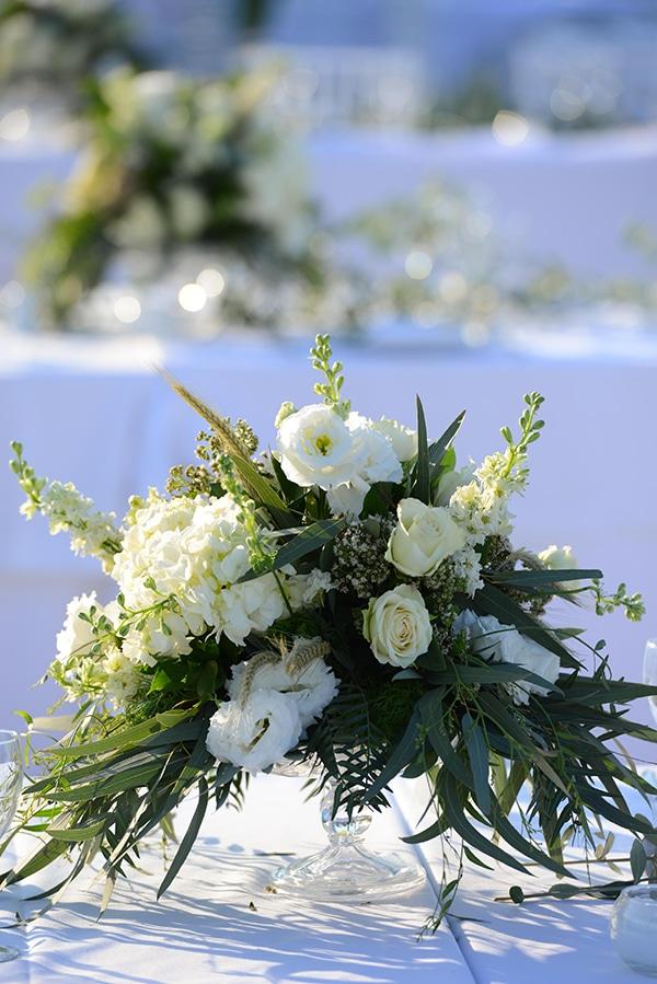 Simply chic στολισμός τραπεζιού δεξίωσης με λευκά τριαντάφυλλα, ορτανσίες και γυψοφίλη
