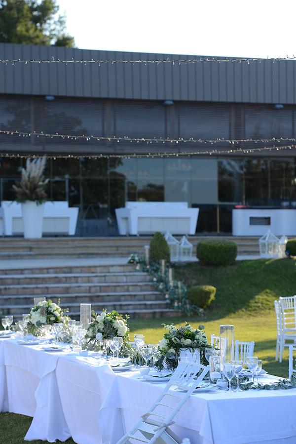 Simply chic στολισμός γαμήλιου τραπεζιού με λευκά τριαντάφυλλα, ορτανσίες και γυψοφίλη