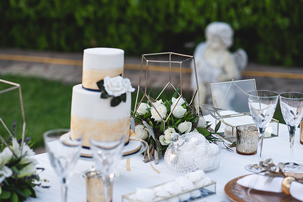 elegant-minima-styled-shoot-pampas-grass-compined-gold-blue-hues_03x