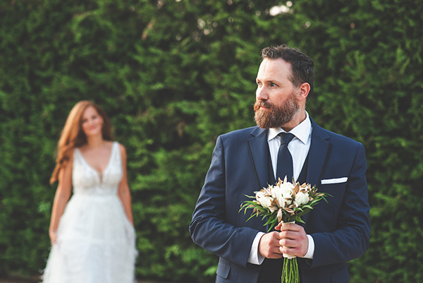 elegant-minima-styled-shoot-pampas-grass-compined-gold-blue-hues_04