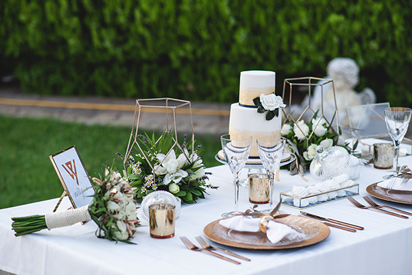 elegant-minima-styled-shoot-pampas-grass-compined-gold-blue-hues_09x