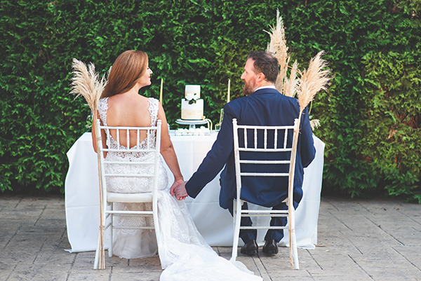 elegant-minima-styled-shoot-pampas-grass-compined-gold-blue-hues_15