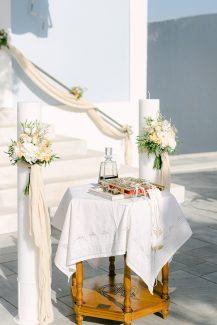 Ρομαντικός στολισμός λαμπάδας με μπουκετάκια λουλουδιών και υφάσματα