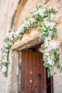 Ρομαντικός στολισμός εισόδου εκκλησίας με λουλουδένια αψίδα