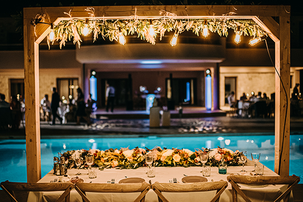 Rustic style γαμήλιο τραπέζι με ειδικό φωτισμό
