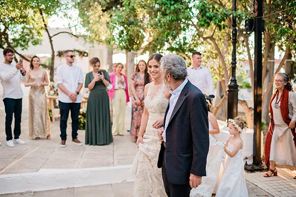 rustic-summer-wedding-corinthous-roses-dahlia-pampas-grass_22