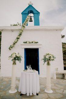 Όμορφος στολισμός εισόδου εκκλησίας για υπαίθρια τελετή γάμου