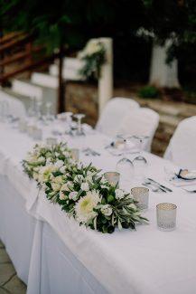 Στολισμός γαμήλιου τραπεζιού με γιρλάντα λουλουδιών