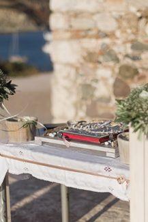 Όμορφος στολισμός λαμπάδας με θαλασσόξυλα και λευκά άνθη