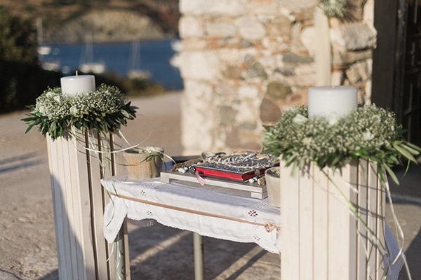 Όμορφος στολισμός λαμπάδας με θαλασσόξυλα και λευκά άνθη και ελιά