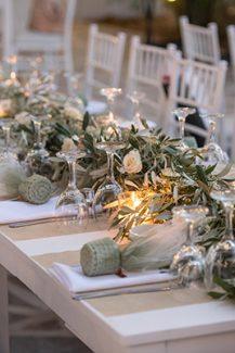 Στολισμός τραπεζιού γάμου με φύλλα ελιάς