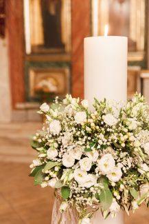 Ολόλευκη λαμπάδα γάμου διακοσμημένη με λυσίανθο, γυψοφίλη και φύλλα ελιάς