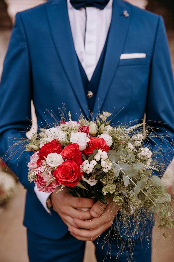 Ασύμμετρο νυφικό μπουκέτο με παιώνιες, τριαντάφυλλα, λυσίανθο, γαρύφαλλο, αστράντια, αστίλβη, ευκάλυπτο και ένα κλαδάκι μυρτιάς