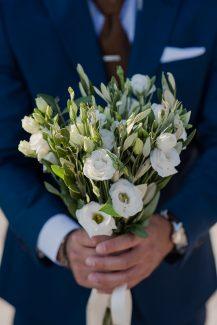 Πανέμορφη νυφική ανθοδέσμη με λευκά άνθη από λυσίανθο και φύλλα ελιάς.