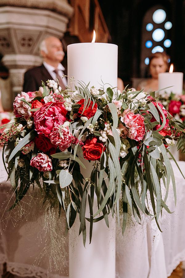 Πανέμορφος στολισμός λαμπάδας γάμου από παιώνιες, τριαντάφυλλα, λυσίανθο, γαρύφαλλο, αστράντια, αστίλβη και φύλλα ευκάλυπτου