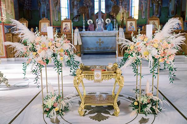 Λαμπάδες εκκλησίας διακοσμημένες με πλούσιες ανθοσυνθέσεις και pampas grass