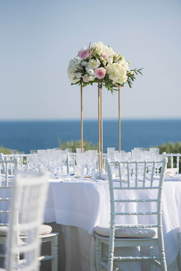 Elegant στολισμός τραπεζιού δεξίωσης με λευκές ορτανσίες, λυσίανθο και ροζ τριαντάφυλλα